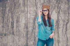 Den varma attraktiva unga flickan står på bacen för betongvägg` s Arkivbilder
