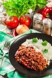 Den varma chili con carne med jordnötkött, bönor, tomater och havre tjänade som med ris Royaltyfri Fotografi