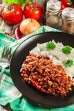 Den varma chili con carne med jordnötkött, bönor, tomater och havre tjänade som med ris Royaltyfria Bilder