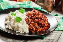 Den varma chili con carne med jordnötkött, bönor, tomater och havre tjänade som med ris Royaltyfri Foto