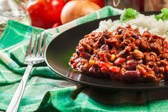 Den varma chili con carne med jordnötkött, bönor, tomater och havre tjänade som med ris Fotografering för Bildbyråer
