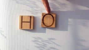 Den VARMA `en för ord` läggas ut i träbokstäver stock video