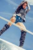 Den varma förföriska kvinnan i sexig höjdpunktsvart startar att posera på fartyget Royaltyfri Fotografi