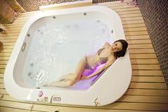 den varma flickan badar Arkivfoto