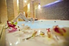 den varma flickan badar Royaltyfri Foto