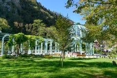 Den varma källan i mineralvatten parkerar i Borjomi georgia arkivfoto