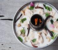 Den varma & kryddiga kokosnöten mjölkar soppa med höna arkivfoton