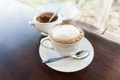 den varma lattekoppen på tabellen, kaffe rånar Arkivfoton
