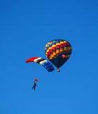 den varma luftballongen hoppa fallskärm Arkivbild