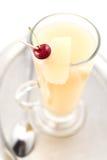 Den varma päron- eller äppledrinken med alkohol med skeden, produktfotografi för restaurang, övervintrar den varma drinken Arkivfoto