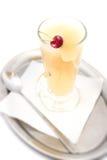 Den varma päron- eller äppledrinken med alkohol och körsbäret, produktfotografi för restaurang, övervintrar den varma drinken Royaltyfria Bilder