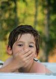 den varma pojken badar arkivbild