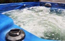 Den varma Spa bubbelpoolen badar bubbla vatten t?tt upp royaltyfria bilder