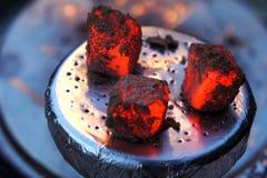 Den varma vattenpipan bränner till kol, Litkol för vattenpipa, vattenpipategelplatta, värme, brand, varma kol, bunke med tobak oc fotografering för bildbyråer