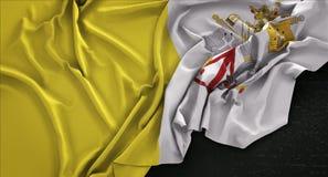 Den Vatican City flaggan rynkade på mörk bakgrund 3D framför Royaltyfri Bild