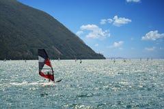 Den vatten- sporten som vindsurfar seglar på Garda sjön, Riva del Garda - Italien Arkivfoto