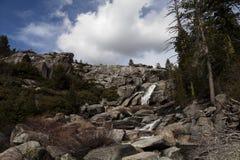 Den vattenfallChilnualna slingan Yosemite parkerar Kalifornien blå himmel Royaltyfria Foton