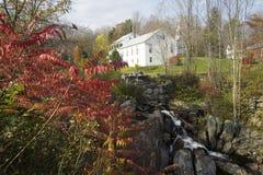 Den vattennedgången och hösten färgar nära Worthington, Massachusetts, New England Royaltyfria Bilder