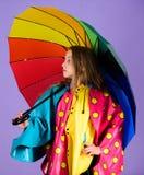 Den vattentäta tillbehören gör regnig dag gladlynt och angenäm Paraply för lycklig håll för ungeflicka färgrikt att bära den vatt arkivfoton