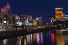 Den Vegas remsan som reflekterar i vatten i Las Vegas, NV på Juni 05, Arkivbilder