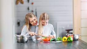 Den vegetariska modern är visa hennes dotter hur man lagar mat sund mat stock video