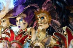Den Venedig karnevalmaskeringen shoppar Arkivbild