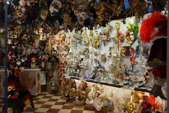 Den Venedig karnevalmaskeringen shoppar Arkivbilder