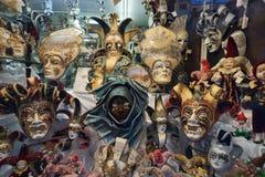 Den Venedig karnevalmaskeringen shoppar Royaltyfri Bild