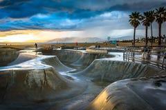 Den Venedig skridskon parkerar på solnedgången Arkivbild