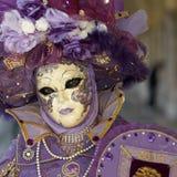Den Venetian dräkten deltar i karneval av Venedig. fotografering för bildbyråer