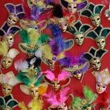 Den Venetian karnevalet maskerar till salu Arkivbilder