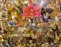 Den Venetian karnevalet shoppar fönstret Royaltyfria Bilder