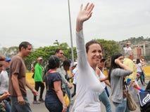 Den venezuelanska oppositionsledaren Maria Corina Machado vinkar till folkmassan under en protest Caracas Venezuela Royaltyfri Bild