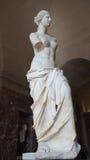 Den Venus de Milo statyn på skärm i Louvre, Paris, Frankrike Fotografering för Bildbyråer