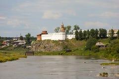 Den Verkhotursky Kreml på bankerna av floden turnerar Verkhoturye Ryssland Royaltyfria Foton
