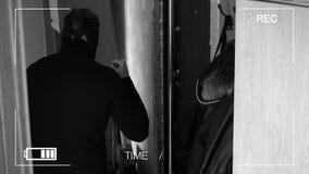 Den verkliga bevakningkameran fotograferade och antecknade rånaren med en kniv för att få in i huset stock video