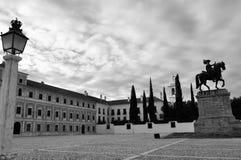 Den verkliga slottgården i svart och vit konungstatyn, den hertigliga slotten av Vila Viçosa och kyrkan, med en lampa arkivbilder