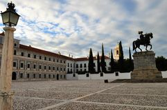 Den verkliga slottgården - konungstatyn, den hertigliga slotten av Vila Viçosa och kyrkan, med en lampa arkivbilder