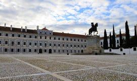 Den verkliga slottgården - konungstatyn och den hertigliga slotten av Vila Viçosa royaltyfria foton
