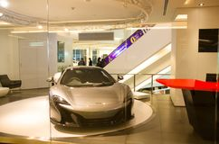 Den verkliga toppna bilen McLaren 2017 i showrum på mitten av siam förebildstolthet av bangkok Thailand Royaltyfria Bilder