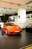 Den verkliga toppna bilen Porsche 2017 i showrum på mitten av siam förebildstolthet av bangkok Thailand Arkivfoto