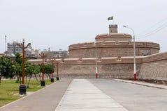 Den verkligt Felipe fästningen och offentligt parkerar i Callao, Peru royaltyfri foto
