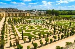 Den Versailles slotten arbeta i trädgården nära Paris, Frankrike Arkivfoto