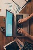 Den vertikala överkanten ovanför sikt för hög vinkel av kvinnliga händer som skriver tangentbordemailjournalistik erbjuder på hal arkivfoton