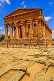 Den vertikala sikten av fördärvar av den forntida templet i Agrigento, Sicilien Royaltyfri Fotografi