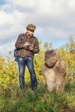 Den vetenskapliga historiker beskriver stenskulptur på kullen arkivfoton