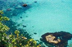 Den vibrerande bästa sikten av blått havsvatten och vaggar royaltyfri fotografi