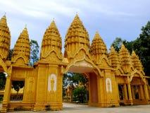 Den vibrerande maingaten av den Vam Ray templet, Tra Vinh landskap, Vietnam Royaltyfria Bilder