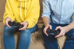 An den Videospielen zu Hause Zweipersonenspielen stockbilder