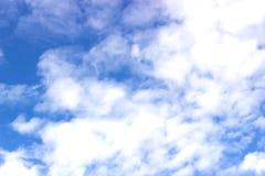 Den vidsträckta blåa himlen och molnhimmel Arkivfoto